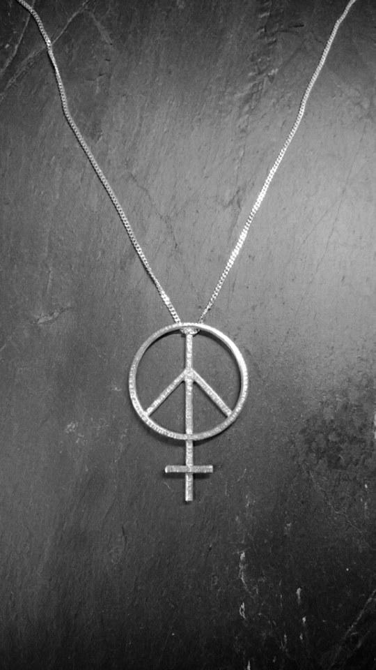 Halsband i silver, Peace