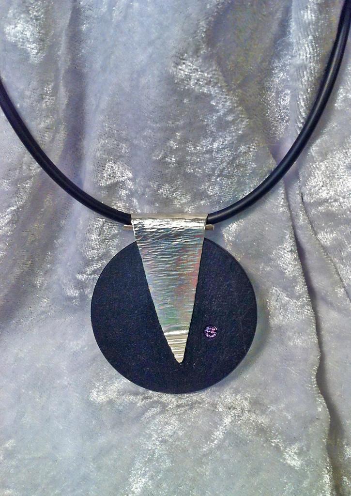 Halsband i skiffer och silver