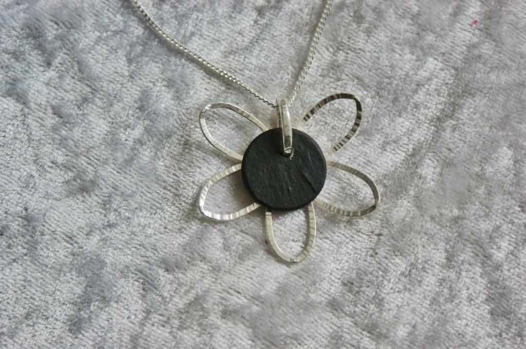 Halsband i silver och skiffer, Blomma