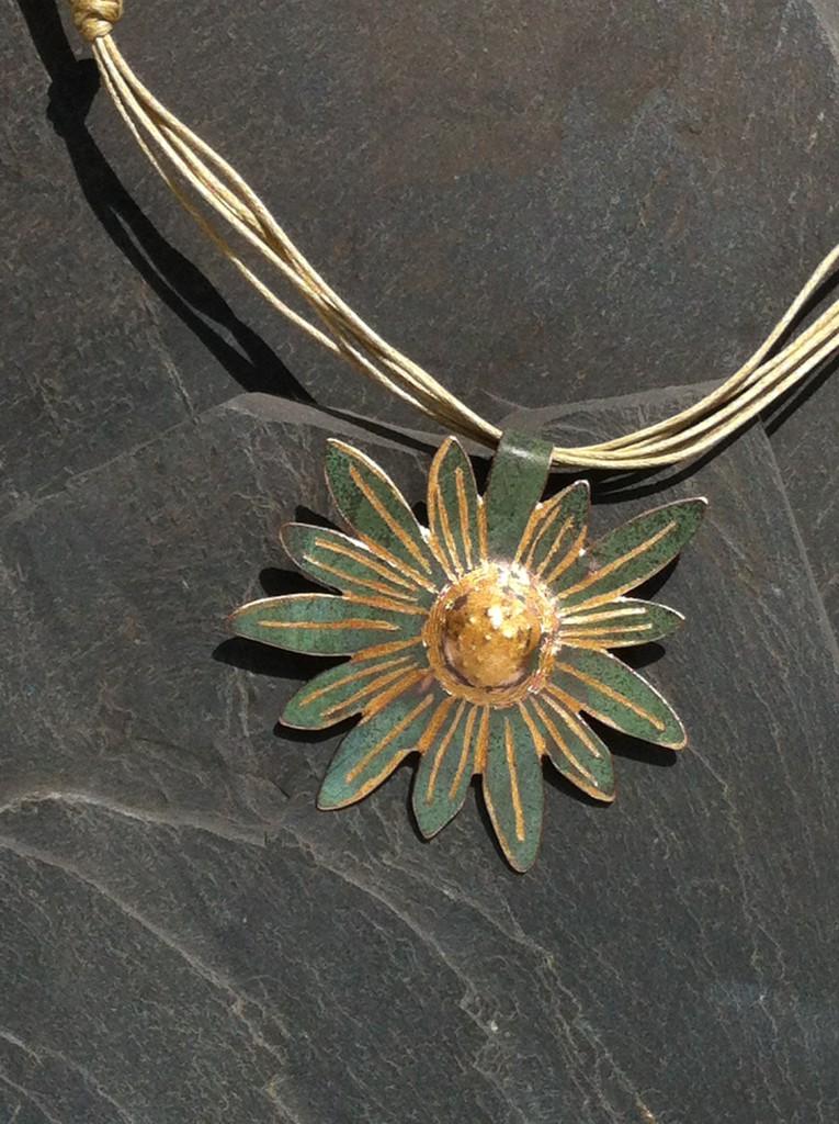 Halsband i koppar, blomma