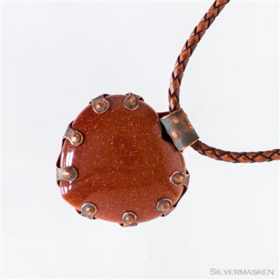 Halsband i koppar med röd sten